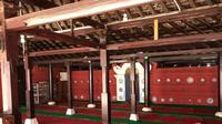 Bagian dalam Masjid Merah Panjunan Cirebon yang menggunakan keramik dari China serta akulturasi budaya lain yang ada di Cirebon. Foto (Liputan6.com / Panji Prayitno)