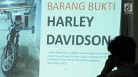 Pewarta melihat layar yang menampilkan barang bukti dugaan suap yang melibatkan auditor Badan Pemeriksa Keuangan di Gedung KPK, Jakarta, Jumat (22/9). (Liputan6.com/Helmi Fithriansyah)