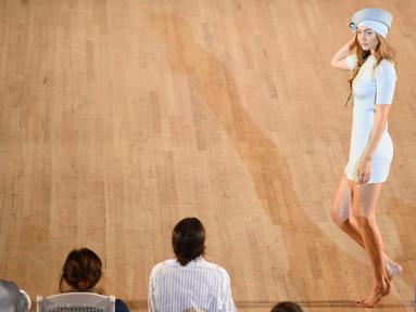 Model Gigi Hadid berpose di runway membawakan busana rancangan Marc Jacobs untuk musim semi 2020 di New York Fashion Week 2019 di Park Avenue Armory, New York City (11/9/2019). Gigi Hadid tampil cantik dengan mini dress dusty blue tanpa mengenakan alas kaki. (AFP Photo/Dimitrios Kambouris)