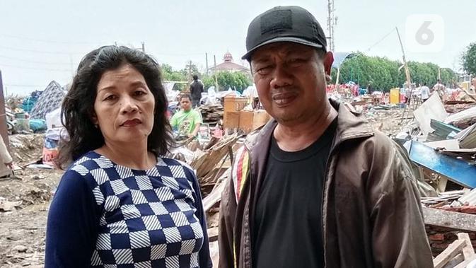 Teha Edy Johar diantara reruntuhan rumah yang digusur di Tambakrejo Semarang. (foto: Liputan6.com/edhie prayitno ige)