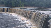 Sungai Bengawan Solo di wilayah Kecamatan Cepu, Kabupaten Blora, Jawa Tengah, kerap berwarna keruh dan berbuih. (Liputan6.com/ Ahmad Adirin)