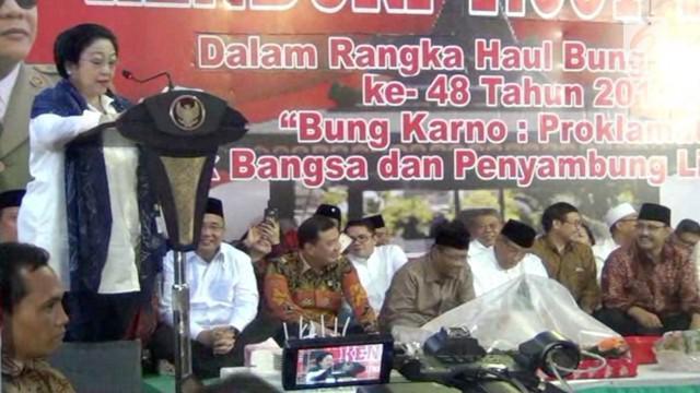 Megawati Soekarnoputri menangis saat haul Bung Karno yang digelar di Blitar, Jawa Timur. Ia teringat akan pengorbanan bapaknya demi persatuan dan kesatuan Indonesia.