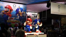 """Karakter Nintendo Mario (kiri) dan Sega Sonic the Hedgehog (kanan) terlihat di stan promosi untuk permainan video """"Mario & Sonic di Olimpiade Tokyo 2020"""" selama Tokyo Game Show di Makuhari, Prefektur Chiba (12/9/2019). (AFP Photo/Charly Triballeau)"""