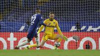 Gelandang Chelsea, Hakim Ziyech melepaskan tendangan yang berbuah gol pertama timnya ke gawang Atletico Madrid dalam laga leg kedua babak 16 besar Liga Champions 2020/2021 di Stamford Bridges, London, Rabu (17/3/2021). Chelsea menang 2-0 atas Atletico Madrid. (AP/Matt Dunham)