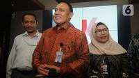 Pimpinan KPK Firli Bahuri (tengah) didampingi dua Wakil Ketua KPK, Lili Pintauli Siregar (kiri) dan Nurul Ghufron memberikan keterangan terkait ulang tahun KPK yang ke-16 di Gedung KPK, Jakarta, Senin (30/12/2019). (merdeka.com/Dwi Narwoko)