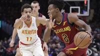 Trae Young (kiri) saat melawan Cleveland Cavaliers (AP Photo/Tony Dejak)