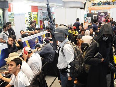 Sejumlah penggiat game memadati lantai dasar Mangga Dua Mall di Jakarta, Minggu (17/3). Ratusan gamers ambil bagian dalam kompetisi game Mobile Legends dan PUBG Mobile bertajuk NXL Mobile Esports Cup 2019. (Liputan6.com/Herman Zakharia)