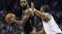 LeBron James tidak bisa berbuat banyak saat Cavaliers melawan Boston Celtics pada gim kelima final NBA wilayah Timur (AP Photo/Charles Krupa)