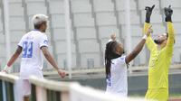 Pemain Arema FC, Carlos Fortes (tengah) melakukan selebrasi bersama Adilson Maringá usai mencetak gol ke gawang Persipura Jayapura dalam laga pekan ke-5 BRI Liga 1 2021/2022 di Stadion Madya, Jakarta, Rabu, (29/9/2021). (Bola.com/ M Iqbal Ichsan)
