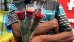 Massa membawa mawar saat melakukan aksi damai save KPU di depan Kantor Komisi Pemilihan Umum (KPU), Jakarta, Selasa (21/5/2019). Dalam aksinya mereka menyerukan pentingnya menjaga persatuan. (merdeka.com/Imam Buhori)