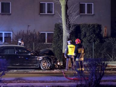 Mobil limusin yang dikendarai PM Polandia Beata Szydlo rusak parah setelah menabrak pohon di Oswiecim, Jumat (10/2). Szydlo menderita memar setelah sebuah mobil yang dikendarai seorang pemuda berusia 20 tahun menabrak limousin. (ANDRZEJ GRYGIEL/PAP/AFP)