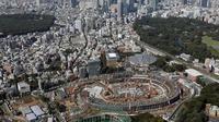 Foto udara menunjukkan pembangunan Stadion Nasional Jepang untuk Olimpiade 2020 di Tokyo pada 26 September 2017. Stadion ini diperkirakan menghabiskan biaya pembangunan sebesar 2 Miliar dollar Amerika. (AFP Photo/Jiji Press/Jepang Out)