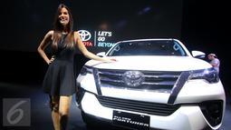 Seorang model berpose didepan mobil All New Fortuner di JCC, Jakarta, Jumat (22/1). Mobil ini dibanderol mulai dari Rp 442 juta hingga Rp 557 juta on the road Jakarta. (Liputan6.com/Angga Yuniar)