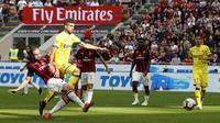 Striker AC Milan Gonzalo Higuain (kiri) mencetak gol ke gawang Chievi Verona pada laga Serie A di San Siro, Minggu (7/10/2018). (AP Photo/Antonio Calanni)