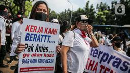 Massa yang tergabung dalam Aliansi Karyawan Hiburan dan Pengusaha Hiburan membawa poster saat menggelar aksi di depan Balai Kota DKI Jakarta, Selasa (21/7/2020). Mereka meminta Gubernur Anies Baswedan untuk membuka usaha hiburan yang ditutup akibat pandemi COVID-19.. (Liputan6.com/Faizal Fanani)