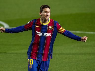 Penyerang Barcelona, Lionel Messi melakukan selebrasi setelah mencetak gol ke gawang Getafe pada pertandingan lanjutan La Liga Spanyol di di stadion Camp Nou di Barcelona, Spanyol, Jumat (23/4/2021). Messi mencetak dua gol dan mengantar Barcelona menang telak atas Getafe 5-2. (AP Photo/Joan Monfort)