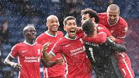 Kiper Liverpool, Alisson Becker (tiga dari kanan) berselebrasi bersama rekan-rekan setimnya setelah mencetak gol kemenangan ke gawang West Bromwich Albion di Stadion The Hawthorns, Minggu (16/5/2021). (Laurence Griffith/AFP)