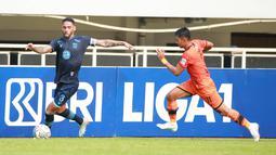Pemain Persela Lamongan, Demerson Bruno Costa (kiri) berebut bola dengan pemain Persiraja Banda Aceh, Muhammad Isa dalam laga pekan ke-5 BRI Liga 1 2021/2022 di Stadion Pakansari, Bogor, Selasa (28/9/2021). Persela menang 1-0. (Bola.com/ M Iqbal Ichsan)