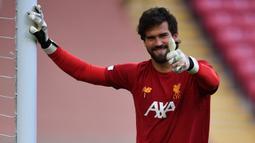 Alisson Becker didatangkan Liverpool dari AS Roma pada 2018 dengan harga 62 juta euro. Ia mampu menyelesaikan masalah The Reds di sektor kiper, bahkan mampu mempersembahkan empat gelar, termasuk Liga Champions dan Liga Inggris. Harga pasarnya saat ini tercatat sebesar 60 juta euro. (AFP/Paul Ellis)