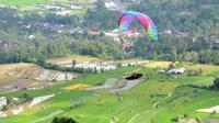 Uji coba olahraga paralayang di Panorama Bukik Gadang Tanah Datar, Sumatera Barat. (Liputan6.com/ Humas Tanah Datar)