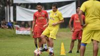 Arema FC menerima tantangan latihan bersama dengan klub Liga 2 RANS Cilegon FC pada 6 Juni di Stadion Kanjuruhan, Kabupaten Malang. (Bola.com/Iwan Setiawan)