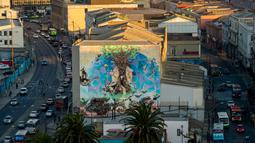 Pemandangan mural di sebuah bangunan di Valparaiso, Chile, 22 April 2019. Jalan bernama Elias Street di Valparaiso tak berbeda jauh dengan jalanan di negara lain, trotoarnya sempit dan berliku. (Martin BERNETTI/AFP)