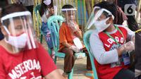 Anak-anak melakukan kegiatan belajar di luar sekolah di Kampung Belajar New Normal di Pinang Indah, Tangerang, Jumat (19/6/2020). Kampung Belajar New Normal ini didirikan untuk anak - anak kawasan tersebut yang ingin kembali bersekolah. (Liputan6.com/Angga Yuniar)