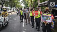 Petugas gabungan Satpol PP, TNI, Polri melakukan razia masker di kawasan Karang Tengah Raya, Lebak Bulus, Jakarta, Senin (14/9/2020). Penertiban terkait pelaksanaan PSBB Jakarta kembali dan memutus rantai penyebaran COVID 19. (Liputan6.com/Faizal Fanani)