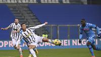 Penyerang Juventus, Cristiano Ronaldo saat mencetak gol pembuka timnya ke gawang Napoli pada laga Piala Super Italia di Stadion Mapei, Sassuolo, Kamis (21/1/2021). (Massimo Paolone/LaPresse via AP)