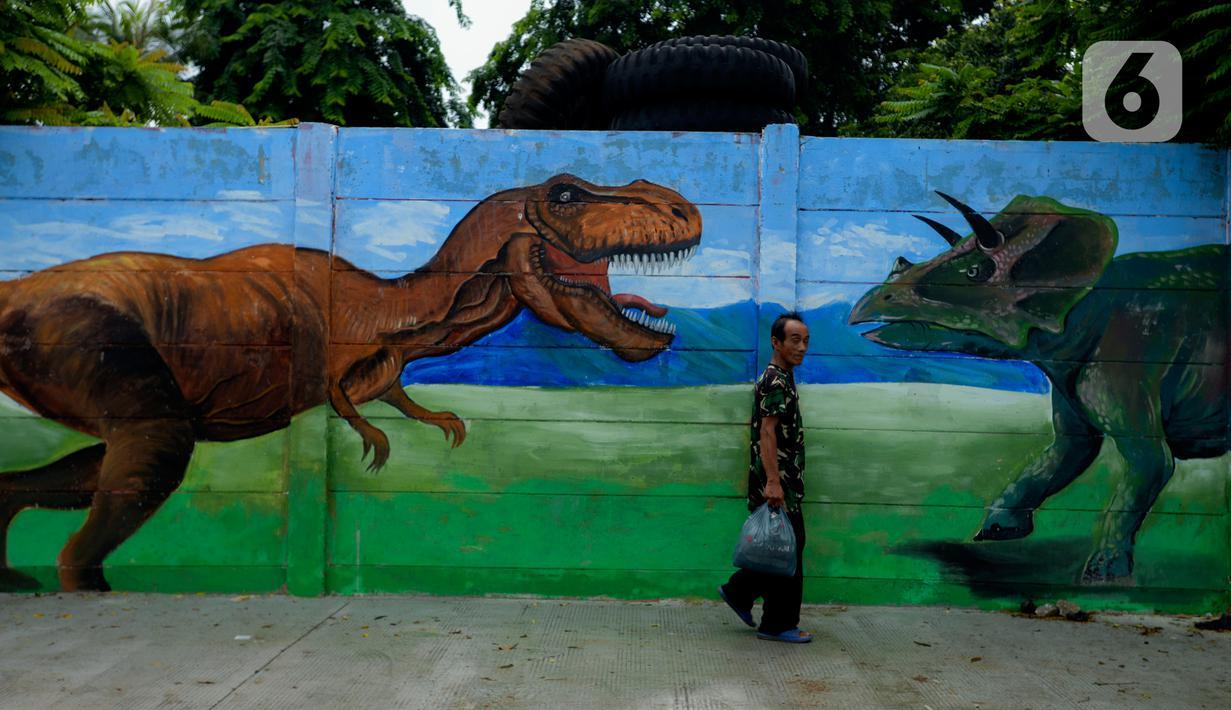 Kreasi mural terpajang di sepanjang dinding bantaran Kali Opak, Jakarta Utara, Kamis (6/2/2020). Tembok bangunan saat ini tidak hanya menjadi pembatas semata tapi dimanfaatkan untuk menyampaikan pesan-pesan dan harapan dalam bentuk goresan atau tulisan-tulisan. (merdeka.com/Imam Buhori)