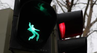 Sebuah lampu lalu lintas bergambar siluet Elvis Presley tengah berdansa di Friedberg, Jerman pada 7 Desember 2018. Para pengendara atau pun pejalan kaki akan melihat Elvis seolah sedang bergoyang dan bernyanyi. (Yann Schreiber / AFP)