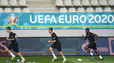 Para pemain Austria melakukan pemanasan saat sesi latihan jelang melawan Ukraina pada pertandingan Grup C Euro 2020 di Stadion Arcul de Triumf, Bucharest, Rumania, Minggu (20/6/2021). Austria akan melawan Ukraina pada 21 Juni 2021. (AP Photo/Vadim Ghirda)