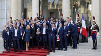 Presiden Prancis, Emmanuel Macron beryanyi bersama pemain dan official Les Bleus di Elysee Presidential Palace, Paris, (16/7/2018). Prancis berpesta merayakan keberhasilan Les Bleus meraih trofi Piala Dunia 2018. (AP/Francois Mori)