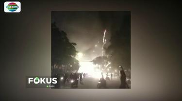 Diduga korsleting listrik, ruko penjual petasan dan kembang api terbakar di Mataram, NTB. Ledakan yang membabi buta membuat panik warga sekitar.