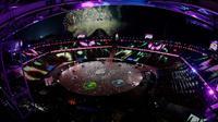 Boyband EXO memeriahkan upacara penutupan Olimpiade Musim Dingin 2018 di Pyeongchang, Korea Selatan, Minggu (25/2). Dengan penampilan EXO tersebut, maka ajang pergelaran olahraga Olimpiade PyeongChang resmi berakhir. (AP Photo/Charlie Riedel)