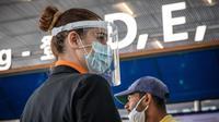Seorang staf yang mengenakan APD terlihat di Bandara Orly Paris, Prancis (26/6/2020). Orly merupakan bandara terbesar kedua di ibu kota Prancis setelah Bandara Charles de Gaulle (CDG). (Xinhua/Aurelien Morissard)