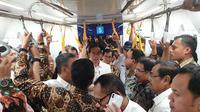 Presiden Jokowi menjajal MRT Jakarta bersama sejumlah. (Liputan6.com/Lizsa Egeham)