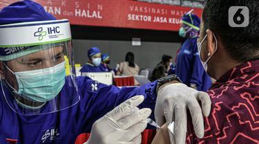 FOTO: Pelaku Sektor Jasa Keuangan Jalani Vaksinasi COVID-19 di Tennis Indoor Senayan