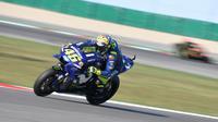 Pembalap Movistar Yamaha, Valentino Rossi saat beraksi pada MotoGP San Marino 2018. (Tiziana FABI / AFP)