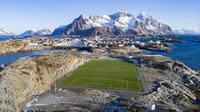 Pemandangan lapangan sepak bola Henninsvaer FC di Henningsvaer, Pulau Lofoten, Norwegia Utara, 8 Maret 2018. Di tempat ini kita bisa bermain sepak bola sekaligus menikmati keindahan gunung es yang menawan. (Olivier MORIN/AFP)