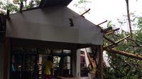 Angin puting beliung menerjang Kecamatan Parigi, Kabupaten Pangandaran, Jawa Barat. (Twitter/@RadioElshinta)