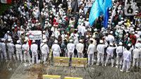 Massa demonstran dari gabungan elemen Islam menggelar aksi damai mengecam Presiden Prancis Emmanuel Macron di kawasan Sarinah, Jakarta, Senin (2/11/2020). Mereka datang dengan berbagai atribut mengecam pernyataan presiden Emmanuel Macron yang dianggap menghina Islam. (Liputan6.com/Faizal Fanani)