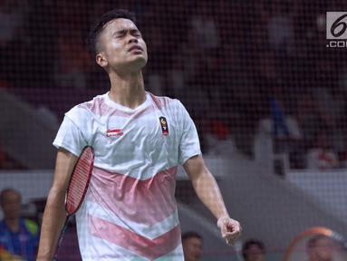 Tunggal putra Indonesia, Anthony Sinisuka Ginting saat melawan pemain Jepang, Kento Momota pada semifinal Bulutangkis Beregu Putra Asian Games 2018 di Jakarta, Selasa (21/8). (Liputan6.com/Helmi Fithriansyah)