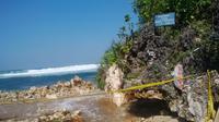 Kondisi tebing di Pantai Sadranan, Tepus, Gunungkidul, Yogyakarta, yang longsor. (Liputan6.com/Fathi Mahmud)