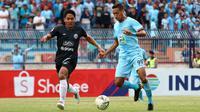 Duel bek PSS, Purwaka Yudhi, melawan pemain Persela, Delvin Rumbino, di Stadion Surajaya, Lamongan (11/12/2019). (Bola.com/Aditya Wany)