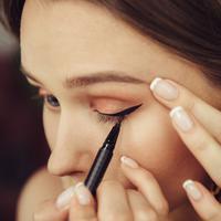 Ilustrasi eyeliner (iStockphoto)