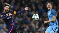 Penyerang Barcelona, Lionel Messi, berebut bola dengan bek Manchester City, John Stones, pada laga Liga Champions di Stadion Ettihad, Inggris, Selasa (1/11/2016). City menang 3-1 atas Barcelona. (AFP/Paul Ellis)