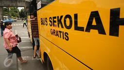 Warga menaiki bus sekolah di Terminal Blok M Jakarta, Senin (21/12/2015). Bus sekolah dikerahkan untuk mengantisipasi penumpukan penumpang seiring mogoknya sejumlah sopir metromini. (Liputan6.com/Helmi Fithriansyah)