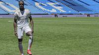 Ferland Mendy saat diperkenalkan sebagai pemain anyar Real Madrid di Santiago Bernabeu, Rabu (19/6/2019). (AP Photo/Manu Fernandez)