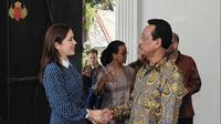 Putri Mary bersalaman dengan Sri Sultan Hamengkubuwono X saat ia berkunjung ke Yogyakarta